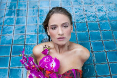 Schöne Frau mit Orchidee Lizenzfreies Stockfoto