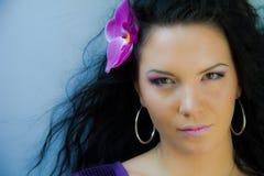 Schöne Frau mit Orchidee Stockbild