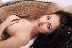 Schöne Frau mit Pelz stockfoto