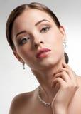 Schöne Frau mit Perlenhalskette Lizenzfreie Stockbilder