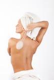 Schöne Frau mit Pinsel im Badezimmer Stockfotografie