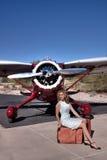 Schöne Frau mit privatem Flugzeug Lizenzfreie Stockfotografie
