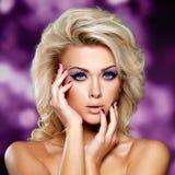 Schöne Frau mit purpurrotem Make-up der Augen. Lizenzfreies Stockbild