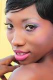 Schöne Frau mit Regenbogen-Verfassung Lizenzfreie Stockfotos
