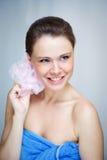 Schöne Frau mit rosafarbenem Schwamm Stockbilder