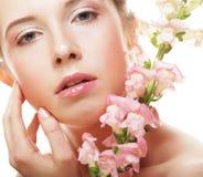 Schöne Frau mit rosafarbener Blume Lizenzfreie Stockfotos