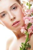 Schöne Frau mit rosafarbener Blume Stockfoto