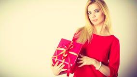 Schöne Frau mit rotem Geschenk Stockfoto