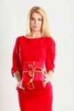 Schöne Frau mit rotem Geschenk Stockfotos