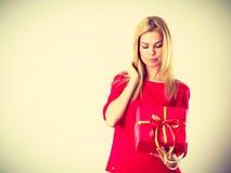 Schöne Frau mit rotem Geschenk Lizenzfreies Stockfoto