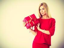 Schöne Frau mit rotem Geschenk Stockbild