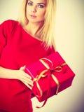 Schöne Frau mit rotem Geschenk Stockbilder