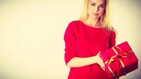 Schöne Frau mit rotem Geschenk Lizenzfreie Stockbilder