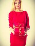 Schöne Frau mit rotem Geschenk Lizenzfreies Stockbild