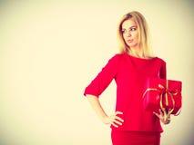 Schöne Frau mit rotem Geschenk Lizenzfreie Stockfotografie
