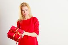 Schöne Frau mit rotem Geschenk Lizenzfreie Stockfotos
