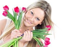Schöne Frau mit rotem Tulpeblumenstrauß Lizenzfreie Stockfotos
