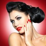 Schöne Frau mit roten Nägeln Stockbilder