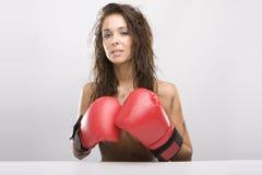 Schöne Frau mit roten Verpackenhandschuhen Stockfotografie