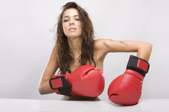 Schöne Frau mit roten Verpackenhandschuhen Lizenzfreie Stockfotos