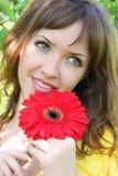 Schöne Frau mit roter Blume lizenzfreies stockbild