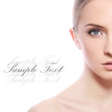 Schöne Frau mit sauberem Gesicht über weißem Hintergrund lizenzfreies stockbild