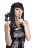 Schöne Frau mit Schablone und Finger nahe Lippen Lizenzfreie Stockbilder