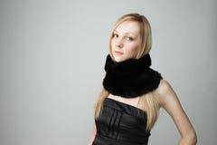 Schöne Frau mit Schal Lizenzfreie Stockfotografie