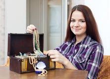 Schöne Frau mit Schmuck Lizenzfreie Stockfotografie