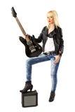 Schöne Frau mit schwarzer elektrischer Gitarre Stockfotos