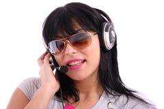 Schöne Frau mit Sonnenbrillen und Kopfhörer Lizenzfreies Stockbild