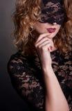 Schöne Frau mit Spitzeschablone Lizenzfreie Stockfotografie
