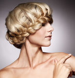 Schöne Frau mit stilvoller Frisur Lizenzfreie Stockfotos