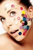 Schöne Frau mit Tasten auf ihrem Gesicht Lizenzfreie Stockbilder