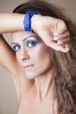 Schöne Frau mit Uhr Stockfoto