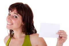 Schöne Frau mit unbelegter Visitenkarte in der Hand Lizenzfreie Stockfotografie