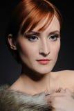 Schöne Frau mit vollkommener Haut im Pelz Lizenzfreies Stockfoto