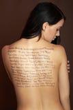 Schöne Frau mit Wörtern Stockfotografie