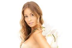 Schöne Frau mit weißer Blume lizenzfreie stockfotografie