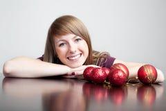 Schöne Frau mit Weihnachtsflitter lizenzfreie stockbilder