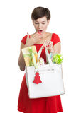 Schöne Frau mit Weihnachtsgeschenken Stockfotos