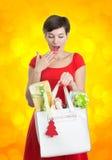 Schöne Frau mit Weihnachtsgeschenken Stockfoto