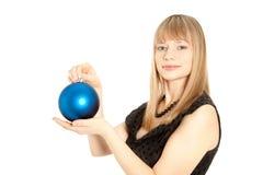 Schöne Frau mit Weihnachtsspielzeug Stockfotografie