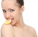 Schöne Frau mit Zitrone lizenzfreies stockbild