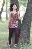 Schöne Frau nahe Baum Lizenzfreies Stockfoto