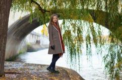 Schöne Frau nahe einem Weidebaum Stockfotografie