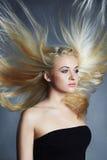 Schöne Frau Reizvolles blondes Mädchen Gesundes Haar Polnisch der Nägel mit dem nailfile Attraktive junge Dame mit Kamm auf einem Stockfoto