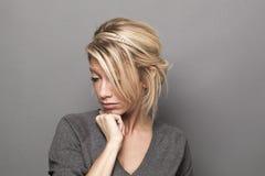 Schöne Frau 30s, die Sorge und das Ausfragen ausdrückt Stockfotos