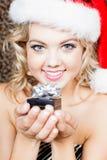 Schöne Frau Sankt, die Geschenk gibt Lizenzfreie Stockfotografie