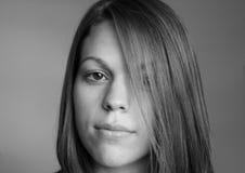 Schöne Frau in Schwarzem u. im Weiß Stockbilder